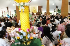 20121104-To-make-merit-by-offering-new-yellow-robes-to-Buddhist-monks-03