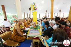 20121104-To-make-merit-by-offering-new-yellow-robes-to-Buddhist-monks-08